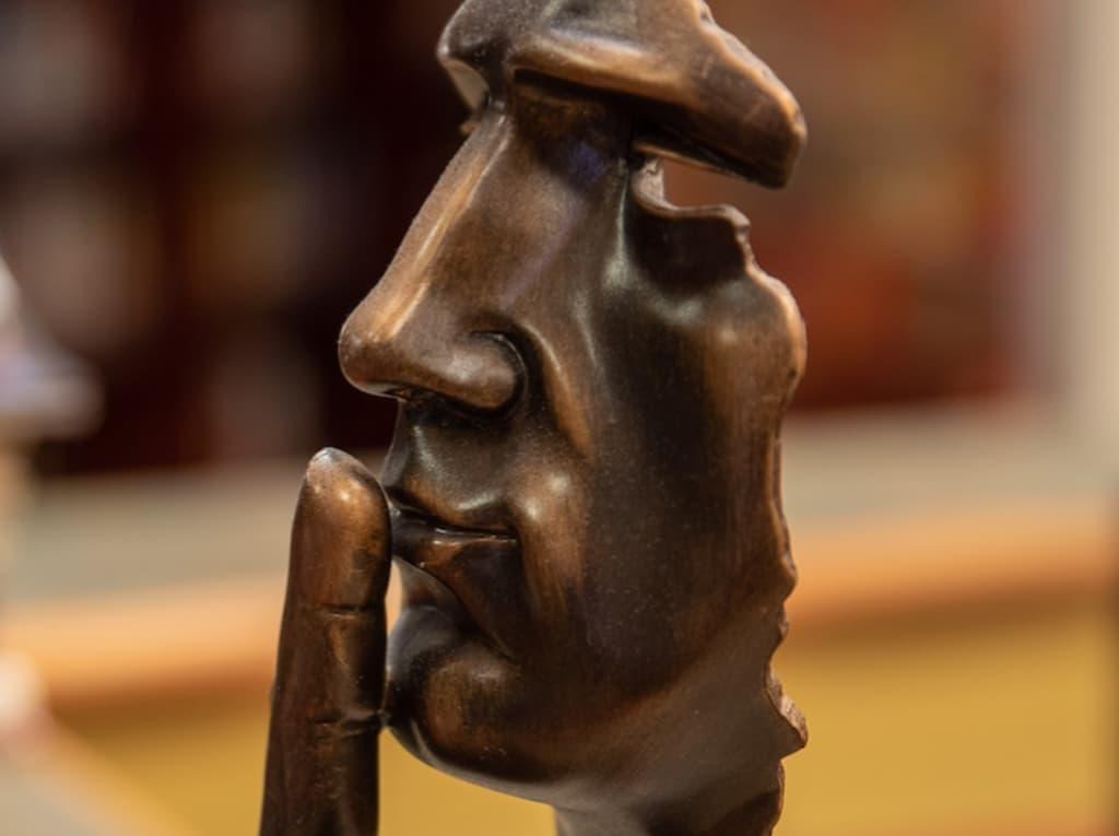 El verdugo silencioso manda a callar.